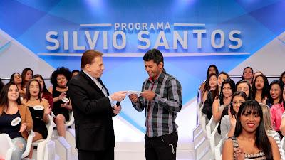Silvio Santos entrega prêmio de 1 milhão para Adilson - Crédito: Lourival Ribeiro/SBT