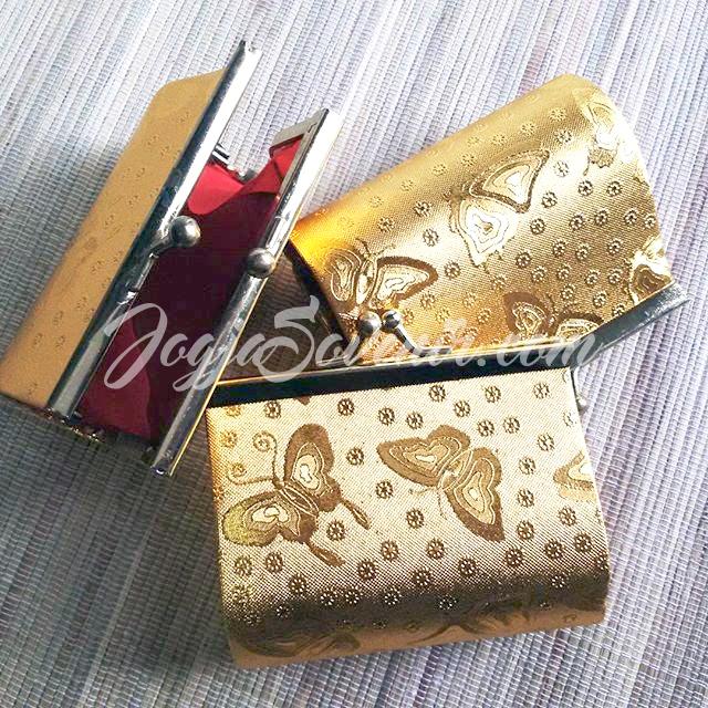 Souvenir pernikahan dompet emas