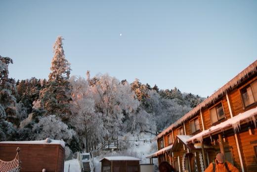 翌早朝の雲取山荘と月