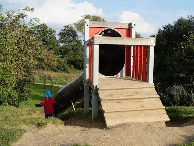 5 Spielplätze im Kieler Süden mit dem gewissen Extra. Die Tunnelrutsche ist eine Besonderheit auf dem Spielplatz in Neumeimersdorf.