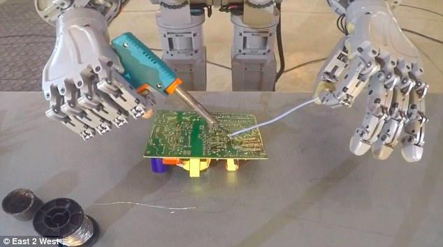 www.fertilmente.com.br FEDOR, o Robo Russo foi divulgado realizando atividades delicadas como soldas em circuitos eletronicos