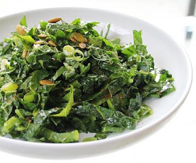 Salada de Couve com Sementes de Abóbora (vegana)