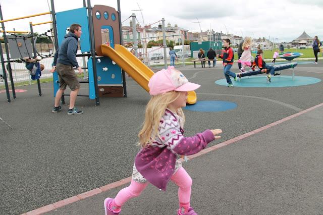 lapsi juoksee leikkipaikka