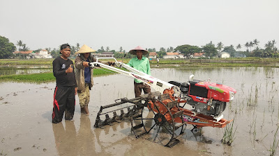 Kelompok Tani Kampung Malang Uji Coba Bantuan Mesin Traktor dari Partai Gerindra