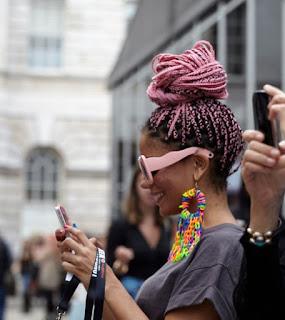 chica con trenza africana moderna en color rosa