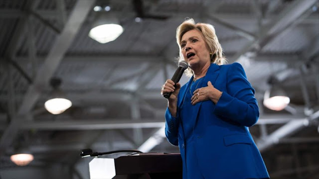 Clinton acusada de hacer trampas durante entrevista en vivo