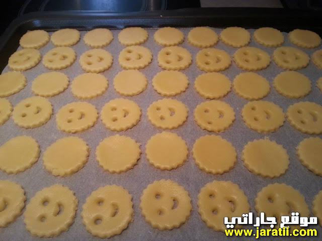 قطع العجين وجوه مبتسمة