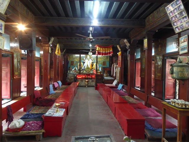 la sala per la preghiera nel tempio d'oro di Patan