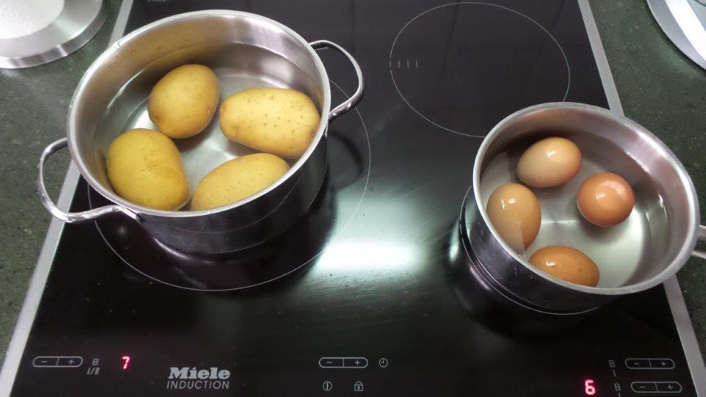 Patatas cocidas sin pelar de la ensalada alemana