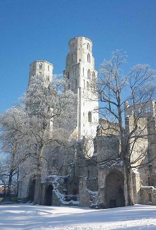 A neve acumulada sobre as ruínas da abadia fala do esfriamento na fé e do esquecimento de Deus