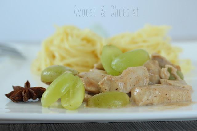 """alt=""""émincé de poulet avec des raisin et un anis étoilé en premier plan, des nouilles en arrière plan"""""""