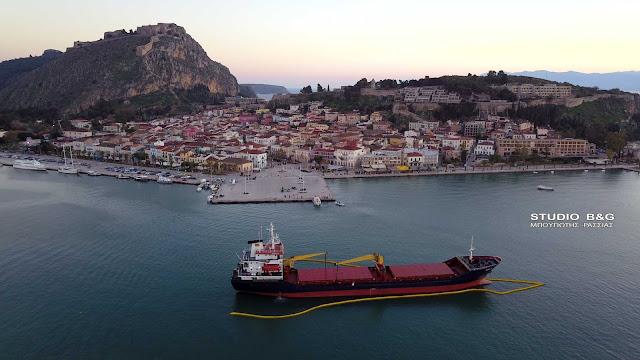 Πλωτό φράγμα τοποθετήθηκε στο πλοίο που προσάραξε στο Ναύπλιο (βίντεο drone)