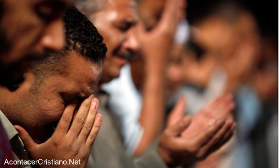 Cristianos iraquíes orando a Dios