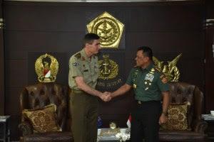 Chief of the Australian Army Letnan Jenderal Angus Champbell (kiri) meminta maaf kepada Panglima TNI Jenderal Gatot Nurmantyo terkait insiden menghina Pancasila, di Mabes TNI Cilangkap, Jakarta Timur, Rabu (8/2/2017). (FT/PuspenTNI)
