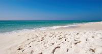 Bir turkuaz renkli deniz kenarındaki doğal kumsal
