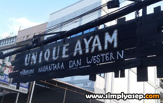 ALA WESTERN : Plang masuk Cafe UNIQUE ini sudah ala WESTERN terlihat dari plang masuk cafe ini yang bernuansa khas ala Western seperti dalam film film. Menarik sekali. Foto Asep Haryono