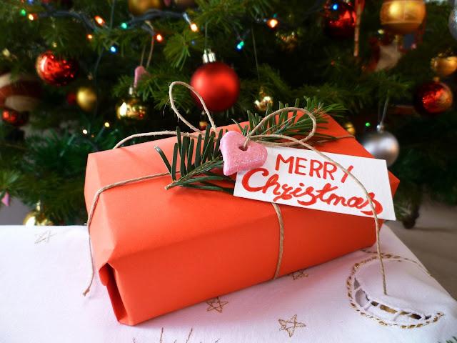 pakowanie prezętów.Jak pakować prezęty.Boze Narodzenie.Święta