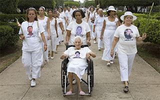 Las llamadas damas de blanco, en uno de sus show en busca de unos míseros billetes.