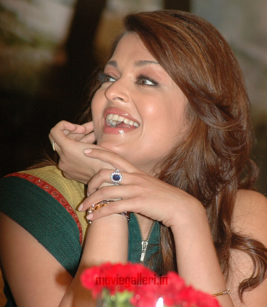 Laughing Picture Aishwarya Rai