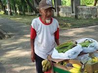 Netizen Geram! Kakek Penjual Pisang Dirampok Pengendara Mobil, Rp 1,1 Juta Untuk Lebaran Raib