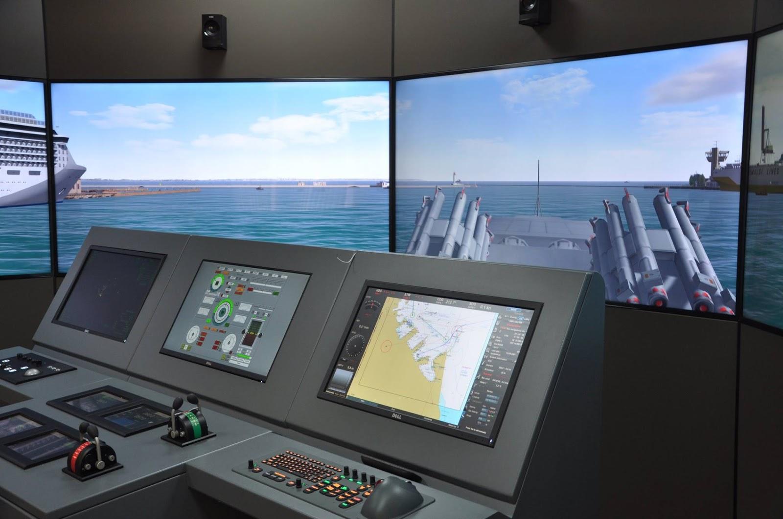 на фото сучасний навігаційний тренажер, який повністю імітує ходовий місток судна