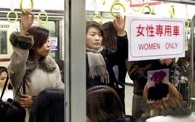 Wanita Naik Kereta Api di China