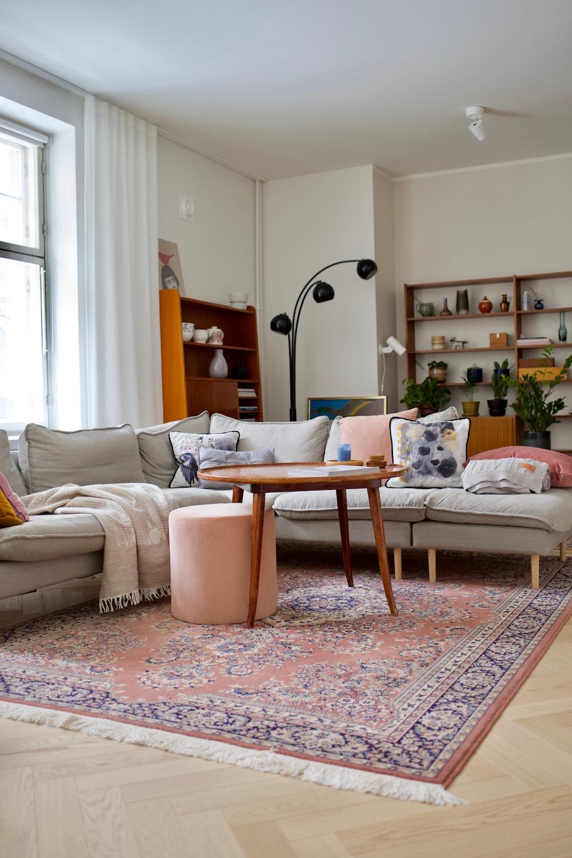Värikäs olohuone. Sisustusinspiraatio. Hakola Moon rahi. Kuusilinna. Kotimaiset kalusteet. Nordic livingroom. Scandihome. Colorful home.
