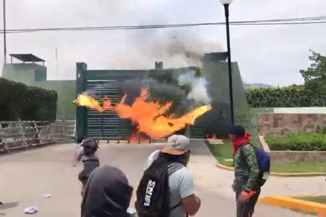 VIDEO: Encapuchados atacan cuartel militar en Iguala en protesta por desaparecidos de Ayotzinapa
