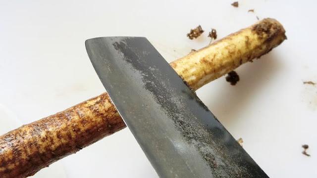 包丁でごぼうの皮をむく方法