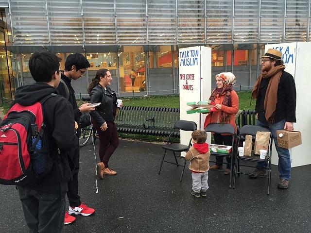 muslim amerika bagikan donat dan kopi untuk berdiskusi tentang islamophobia.