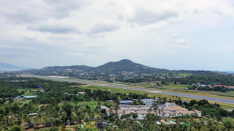 在佛寺上眺望遠處的機場