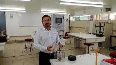 ingeniero mexicano en su laboratorio extrayendo gas y calentar