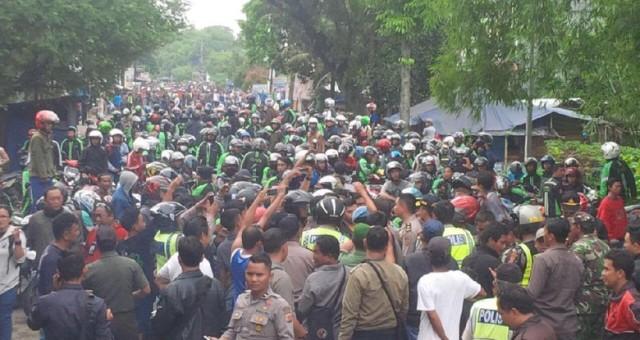 Ojek Online dan Angkot Saling Serang di Terminal Laladon Bogor