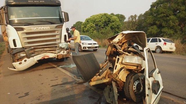 Trágico! Carreta parte automóvel ao meio e mata motorista na BR 364 em acidente brutal [IMAGENS FORTES]