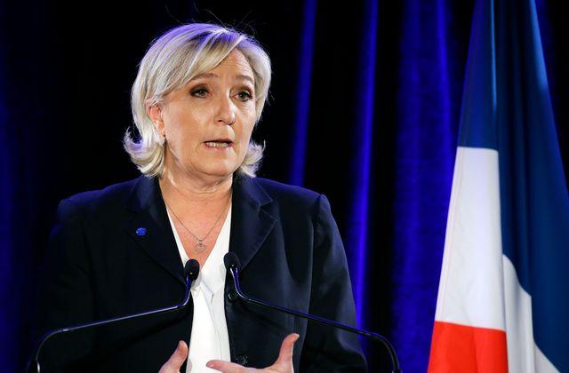Marine Le Pen en meeting le 26 janvier. La candidate du FN arbore régulièrement des pendentifs, seule touche de fantaisie dans sa tenue stricte.