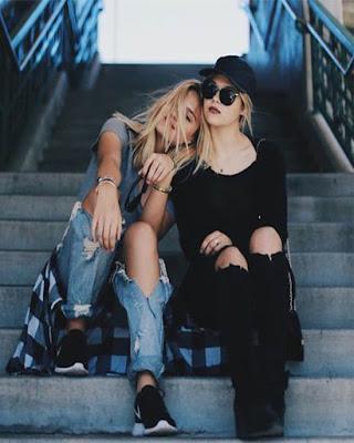 poses de amigas sentadas tumblr casual juvenil