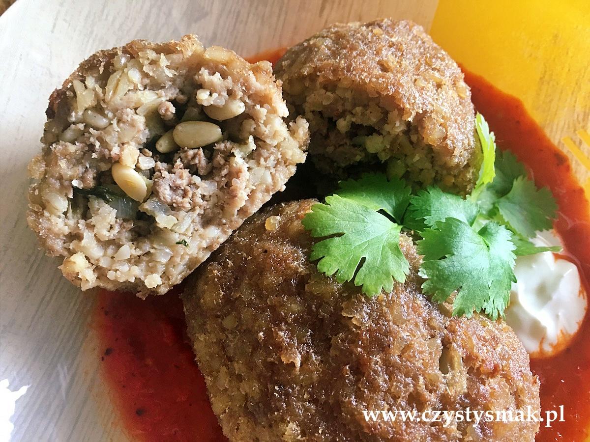 Mięso mielone, orzeszki pinii, świeża kolendra i orientalne przyprawy