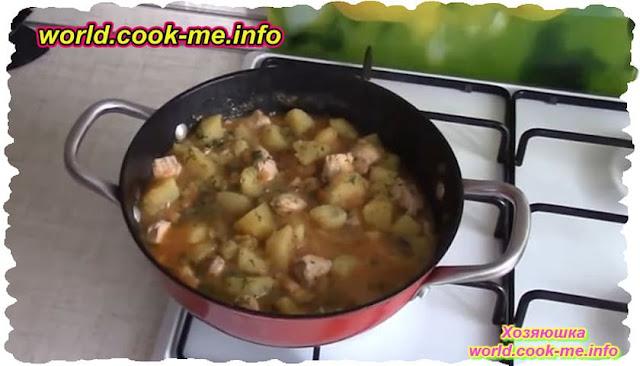 Картофель, тушеный с мясом и помидорами