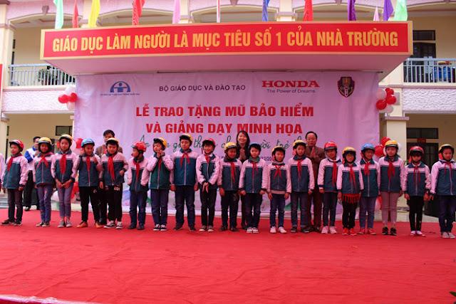 HVN trao tặng 500 mũ bảo hiểm cho các em học sinh tỉnh Phú Thọ.
