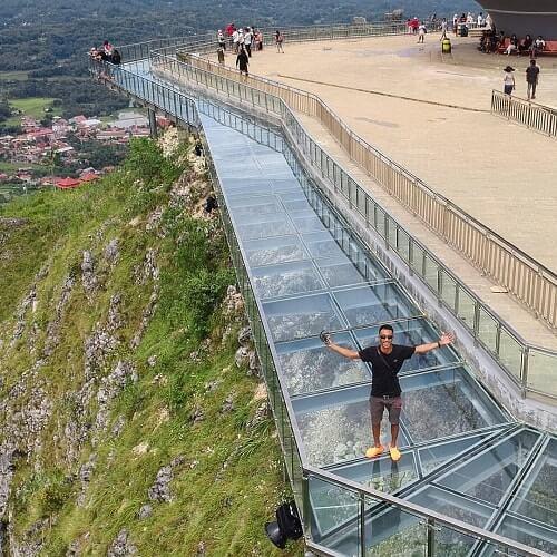asyiknya liburan di wisata jembatan kaca buntu burake tana toraja