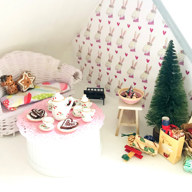 Zoe's Holiday Preview | Christmas in the Dollhouse | Linzer Lane Blog #dollhousedecor #dollhouseminiatures #holidays