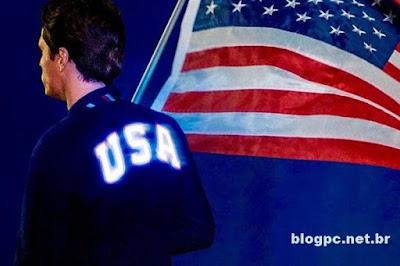 A jaqueta do porta-bandeira da delegação americana acender durante a cerimônia de abertura da Rio 2016