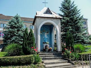 Перечин. Народна площа. Каплиця і скульптура Пресвятої Діви Марії