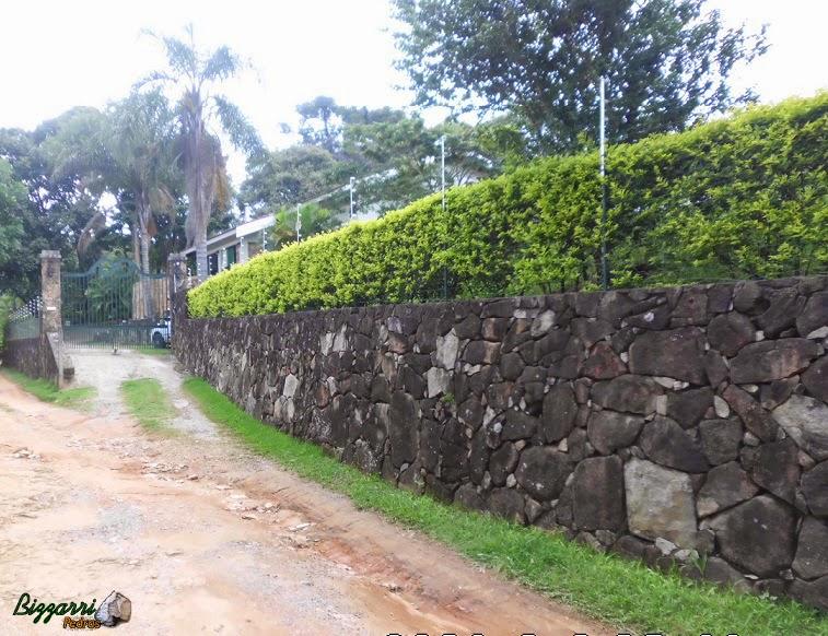 Construção do muro de arrimo com pedra bruta na entrada desse sítio em Atibaia-SP.