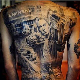 Tatuaje de Eminem en blanco y negro en la espalda