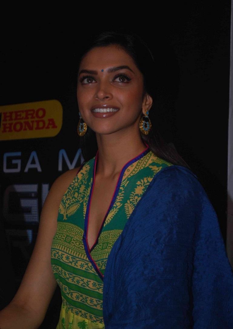 Glamours Bollywood Actress Deepika Padukone Smiling Face ...