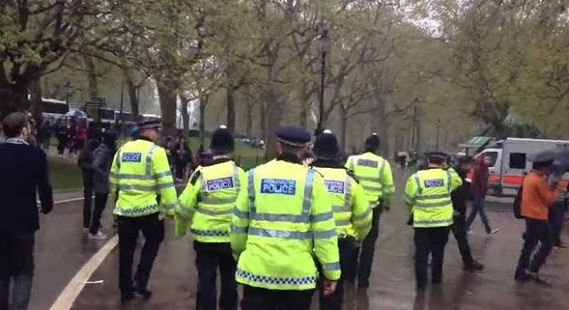 Fényes nappal erőszakolták meg a fiatal lányt a londoni parkban