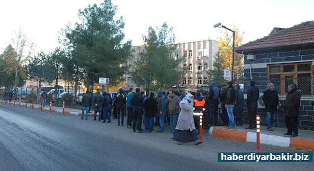 DİYARBAKIR-Diyarbakır'da DBP'li Kayapınar Belediyesine baskın gerçekleştiren polisin arama çalışmaları devam ediyor.