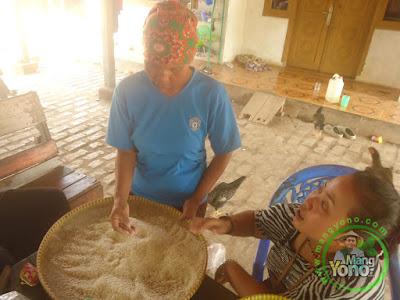 Membersihkan beras TRISAKTI sebelum di masak