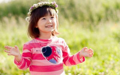 cuty-pinkybarby-girl-wearing-flower-croftn-on-head-pics